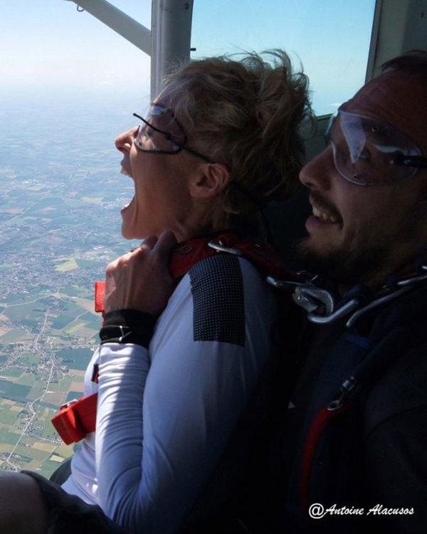 Lille-Parachutisme-Passagere-tandem-a-la-porte-de-l-avion